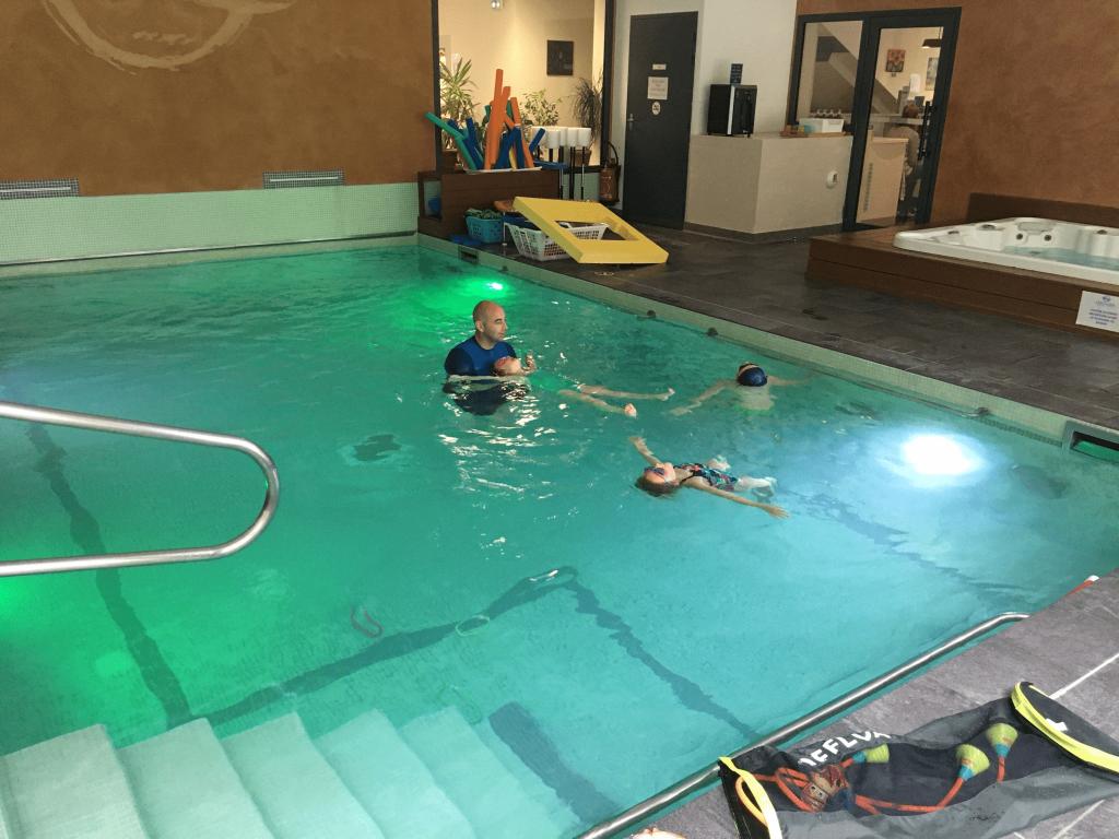 Les séances se déroulent dans de petits bassins avec une eau chauffée à 32°C pour un confort maximal.